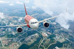 Vliegtuig vliegende hemel Vliegtuig boven stad stock foto