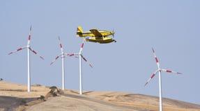 Vliegtuig in windlandbouwbedrijf Royalty-vrije Stock Foto