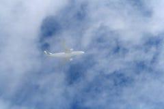 Vliegtuig in wolken Stock Foto's