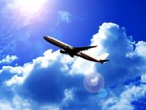 Vliegtuig in wolken Stock Afbeelding