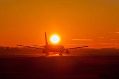 Vliegtuig in zonsondergang Royalty-vrije Stock Afbeeldingen