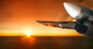 Vliegtuig in zonsopganghemel Panorama royalty-vrije stock afbeelding