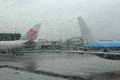 Vliegtuigen achter een mistig glas Stock Foto's