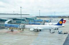 Vliegtuigen bij de internationale luchthaven van Praag stock afbeelding