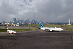 Vliegtuigen bij de Internationale Luchthaven van YYC Calgary stock fotografie