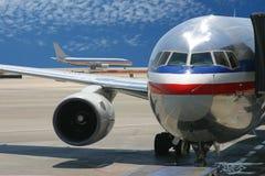 Vliegtuigen bij de luchthaven Stock Afbeelding