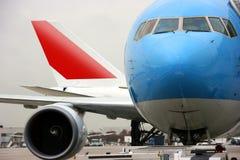 Vliegtuigen bij de luchthaven Royalty-vrije Stock Afbeeldingen