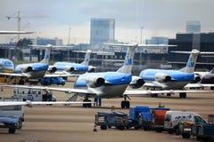 Vliegtuigen bij de luchthaven in Amsterdam, Nederland Stock Foto's