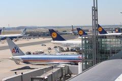 Vliegtuigen bij de Luchthaven van Frankfurt Stock Foto's
