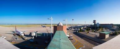 Vliegtuigen bij de passagiersterminal worden geparkeerd van Marco Polo Airport dat Stock Foto