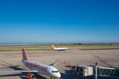 Vliegtuigen bij de passagiersterminal worden geparkeerd van Marco Polo Airport dat Stock Afbeeldingen