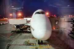 Vliegtuigen bij de poort worden geladen die stock foto's