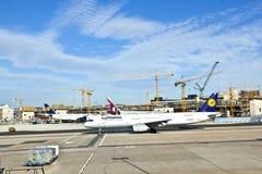 Vliegtuigen bij de schort royalty-vrije stock afbeeldingen
