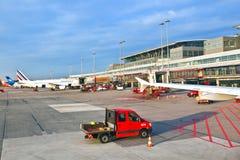 Vliegtuigen bij de vinger in moderne Terminal 2 in Hamburg Stock Fotografie