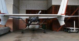 Vliegtuigen bij hangaar 4k worden geparkeerd die stock footage