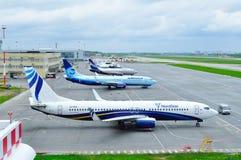 Vliegtuigen bij het parkeren in de Internationale luchthaven van Pulkovo in heilige-Petersburg, Rusland Royalty-vrije Stock Afbeeldingen