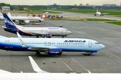 Vliegtuigen bij het parkeren in de Internationale luchthaven van Pulkovo in heilige-Petersburg, Rusland Stock Foto