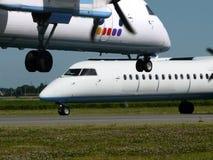 Vliegtuigen bij luchthaven Royalty-vrije Stock Afbeelding