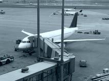 Vliegtuigen bij luchthaven Stock Afbeelding