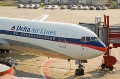 Vliegtuigen bij poort royalty-vrije stock afbeelding