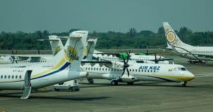 Vliegtuigen bij Yangon-Luchthaven in Myanmar Stock Foto's