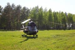 Vliegtuigen - Bruine helikopter op het parkeren Stock Foto