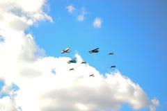 Vliegtuigen in de hemel Stock Afbeeldingen