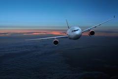Vliegtuigen in de hemel bij nacht stock fotografie