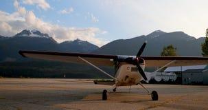 Vliegtuigen dichtbij hangaar 4k worden geparkeerd die stock footage