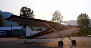 Vliegtuigen dichtbij hangaar 4k worden geparkeerd die stock videobeelden