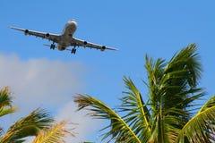 Vliegtuigen die aan bestemming aankomen Stock Afbeelding