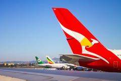 Vliegtuigen die bij de Internationale Luchthaven van Los Angeles worden opgesteld stock fotografie