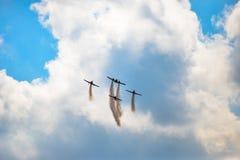 Vliegtuigen die in blauwe hemelleavin een sleep vliegen Stock Afbeeldingen