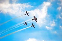 Vliegtuigen die in blauwe hemelleavin een sleep vliegen stock fotografie