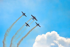 Vliegtuigen die in blauwe hemelleavin een sleep vliegen royalty-vrije stock afbeelding