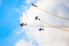 Vliegtuigen die in blauwe hemelleavin een sleep vliegen royalty-vrije stock afbeeldingen