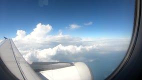 Vliegtuigen die in de blauwe hemel lopen stock videobeelden
