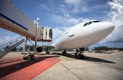 Vliegtuigen die in de luchthaven worden geparkeerd stock afbeelding