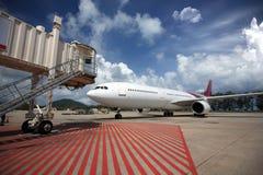Vliegtuigen die in de luchthaven worden geparkeerd Royalty-vrije Stock Afbeelding