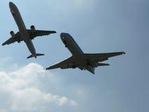 Vliegtuigen die dicht worden Stock Foto's