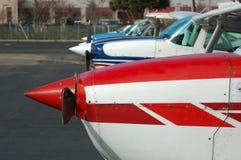 Vliegtuigen die in een rij worden opgesteld Stock Fotografie