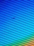 Vliegtuigen die in kleuren van zonsondergang en lijnen opstijgen stock illustratie