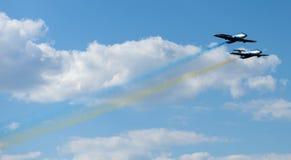Vliegtuigen die kleurrijke slepen uitvoeren Stock Foto's