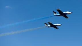 Vliegtuigen die kleurrijke slepen uitvoeren Royalty-vrije Stock Fotografie