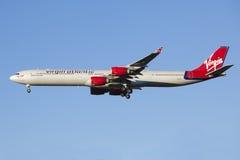 Vliegtuigen die Maagdelijke Luchtvaartlijnen landen Royalty-vrije Stock Afbeeldingen