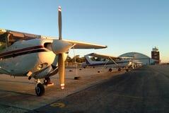 Vliegtuigen die op het tarmac worden opgesteld. Stock Afbeelding