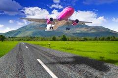 Vliegtuigen die van de bergluchthaven beginnen Royalty-vrije Stock Foto's