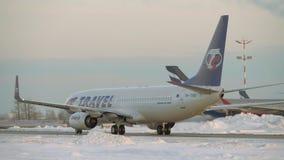 Vliegtuigen die van Travel Service op tarmac bij de luchthaven van Moskou, de wintermening taxi?en stock videobeelden
