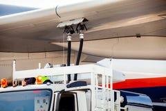 Vliegtuigen die (vliegtuig) bijtanken Stock Foto's