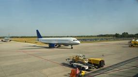 Vliegtuigen en het vertrekken platform die aankomen Stock Foto's